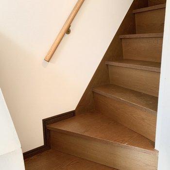 手すり付きの階段で安全に2階へ。