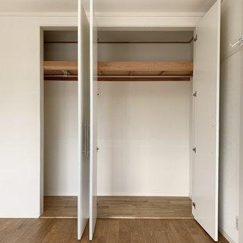 こちらのお部屋にも大きな収納があるんです!棚も木でできています。