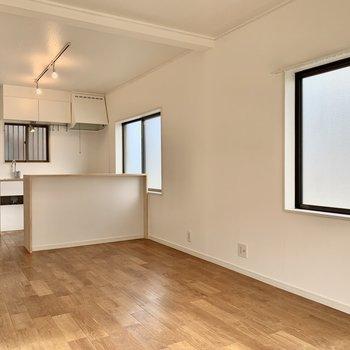 二面採光で朝から晩まで温かい空間。キッチン側にも窓があるので換気効率も◎