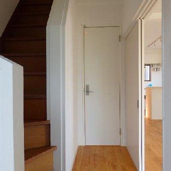 階段でぐるっと2階へと上がります。※写真は前回募集時のもの