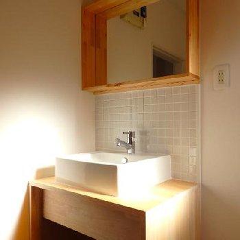 無垢材とタイルで作ったTOMOSオリジナルの独立洗面台。※写真は前回募集時のもの