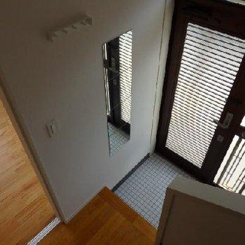 玄関は白タイル仕様で可愛らしく。TOMOSオリジナルの
