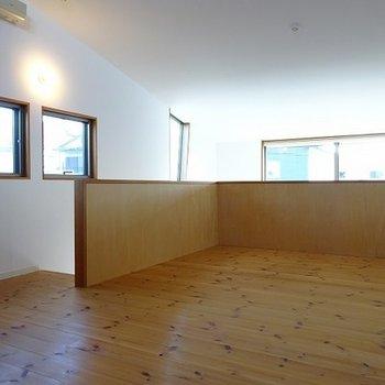 2階は10帖の洋室。なんと無垢床!