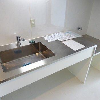 キッチンはステンレスなデザインタイプ、コンロは持ち込みです