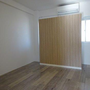 寝室の窓には目隠しとなるヘッドボードが(※写真と文章は前回募集時のものです)