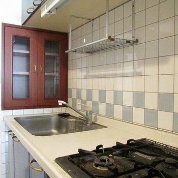 キッチン横に収納窓がいい感じです。