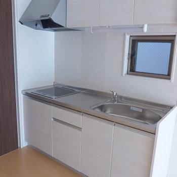 キッチンはIH。白で美しい!