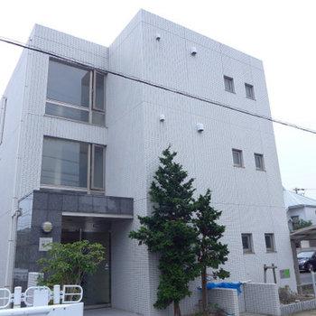 白いタイルの四角いハコ!階段の窓が大きいです!