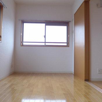 6帖の洋室。寝室にしたら、朝日で気持よく目覚められますね!
