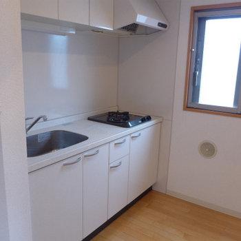 キッチンにも窓。コンロも2口で使い勝手も良さそう!