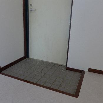 玄関も狭め。大きなシューズボックスは置けないです。