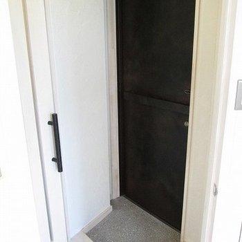 玄関もしっかり分かれてます。