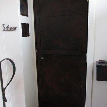 玄関ドアが鉄でできてます。