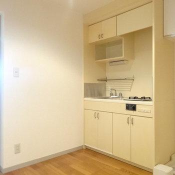 キッチンスペースに来ました!※写真は1階の反転間取り別部屋です。