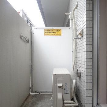 ベランダはひとり暮らしなら十分な広さ。※写真は1階の反転間取り別部屋です。