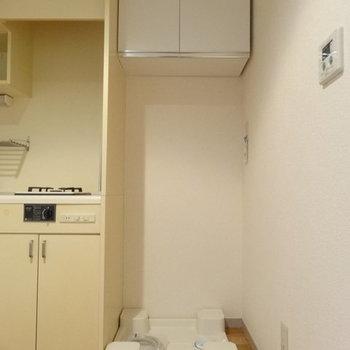 お隣に洗濯機置場。※写真は1階の反転間取り別部屋です。