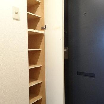 ちゃんと靴箱もありました。※写真は1階の反転間取り別部屋です。