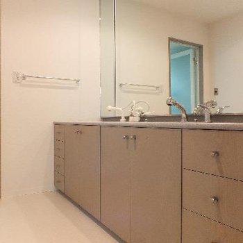 こちらはお風呂の隣の洗面台。2つ洗面ボウルがあります。