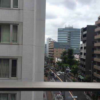 眺望は…お隣のマンションと世田谷通りにコンニチハ