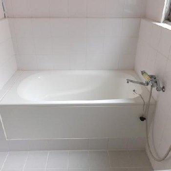 シャワーは洗面台の前でどうぞ。