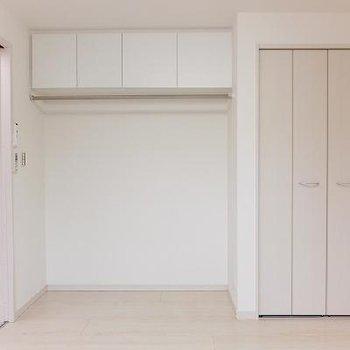 収納は天井近くの空間も有効活用されています。