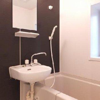 お風呂は洗面台と2点ユニット!