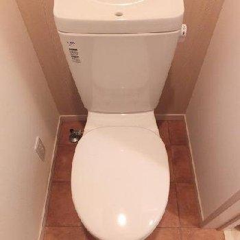 トイレは個室です。床が素敵◎