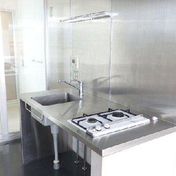 キッチンもかなりシンプル。左には水回りスペース。