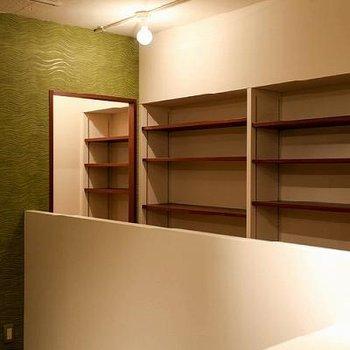 作りつけの棚があるので見せる収納を楽しめそう。