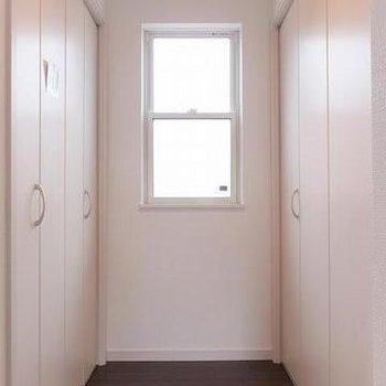 3階廊下部分に大容量の収納スペース!!
