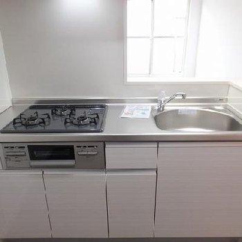 キッチンは対面式。3口コンロです!
