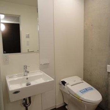 トイレ、タンクレスですね!