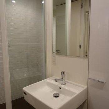 洗面台には大きめ鏡があります