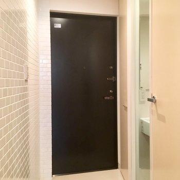 モノトーンのシンプルな玄関。