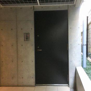 こちらが104号室。スタイリッシュなコンクリと黒い玄関扉です。