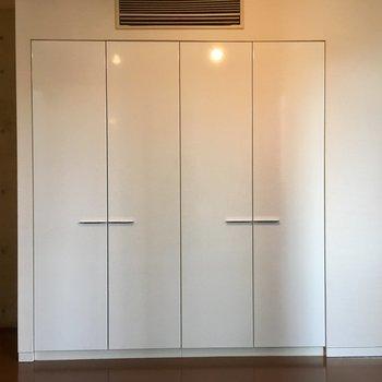 ツルツルの白い扉も美しいクローゼット。