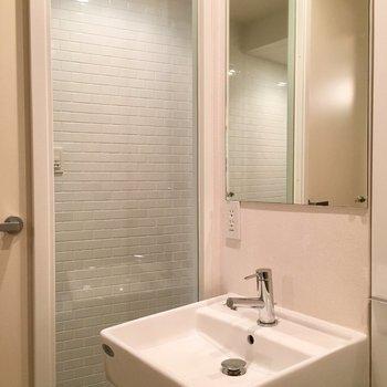 洗面の横の壁はガラス張りになってます!
