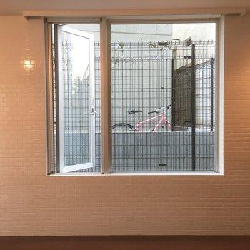 南側の小窓からは壁が見えます。人目が気にならないのがいいですね。