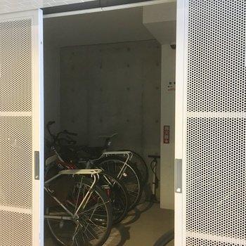 完全に室内の駐輪場でお気に入りの自転車もきれいに保管できます!