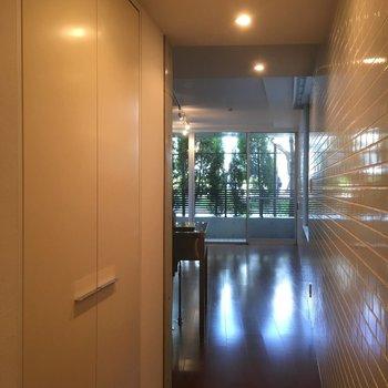 玄関入って廊下にある扉は…