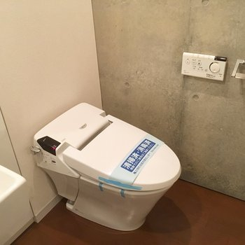 洗面台の横にタンクレスのウォシュレット付きトイレです。