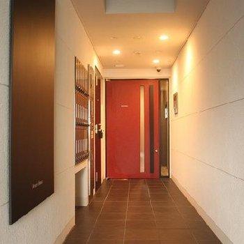 可愛らしいエントランスの赤いドア