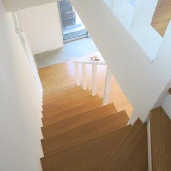 窓もあって明るい階段