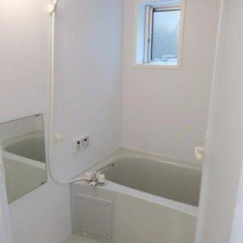 窓、追い焚き付きのお風呂場