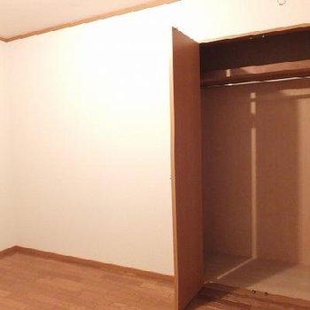 こちらは6帖の洋室。ここには部屋干し用具が付いています。