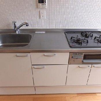 キッチンは3口コンロ!上にも収納があって便利です。※写真は別のお部屋です。