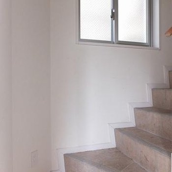 玄関を入ってすぐ階段が待ってます。※写真は別のお部屋です。