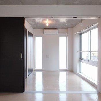 お部屋はスライドドアで仕切れます。