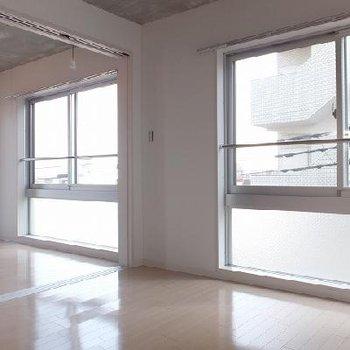 窓の割合が多くて明るいお部屋。