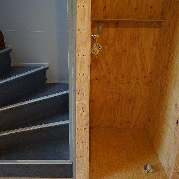 階段横に洗濯機置場です。